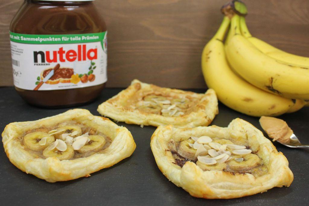 bl tterteigtaschen s gef llt bl tterteig rezepte mit nutella erdnussbutter bananen. Black Bedroom Furniture Sets. Home Design Ideas