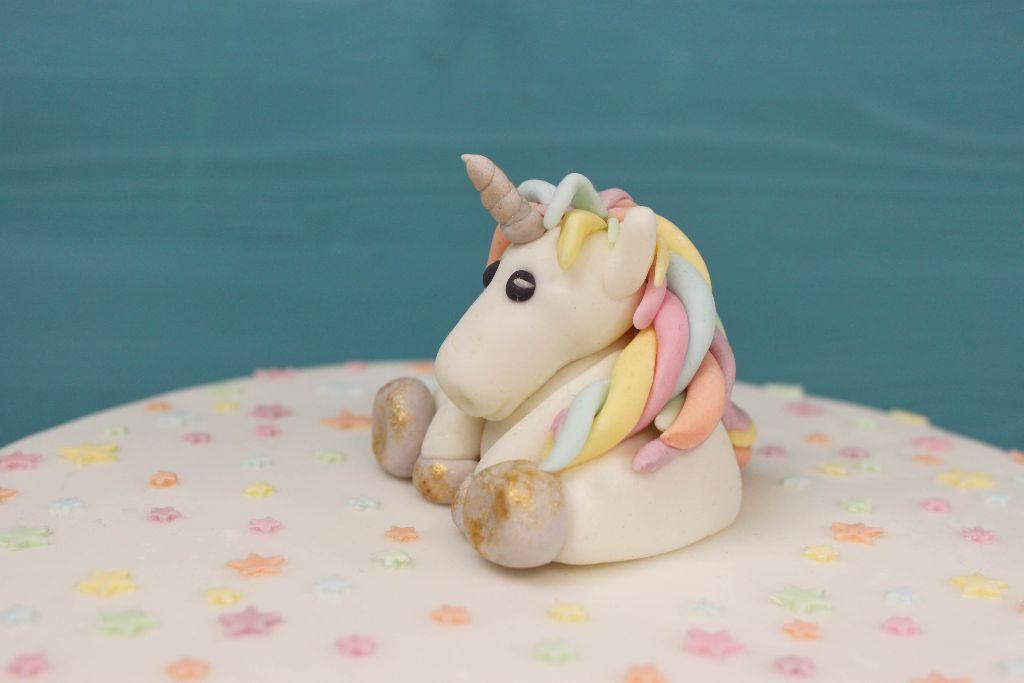 einhorn modellieren, einhorn fondant, einhorn aus fondant, fondant unicorn, rainbow cake, how to bake a rainbow cake, regenbogen torte