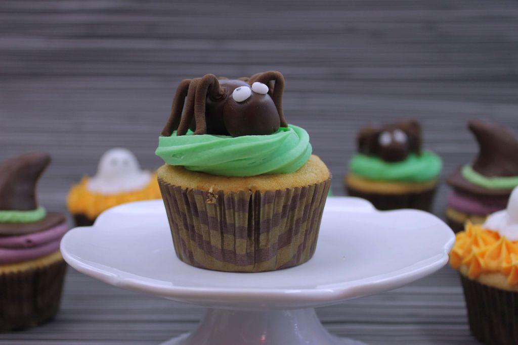 halloween, spinnen cupcakes, spinnen cupcakes backen, fondant spinne, halloween spinne, halloween muffins, halloween essen selber machen, halloween buffet, halloween snacks