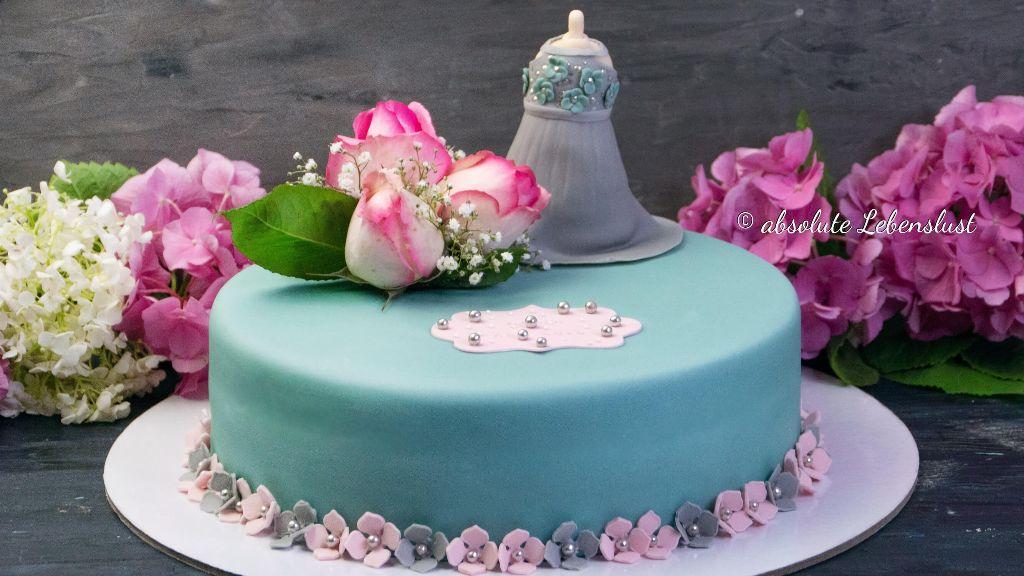 kleid torte, fondant torte, geburtstagstorte, backen, rezept, selber machen, schoko kirschtorte, schokotorte, fondant, modellieren, motivtorte, für anfänger, blumen