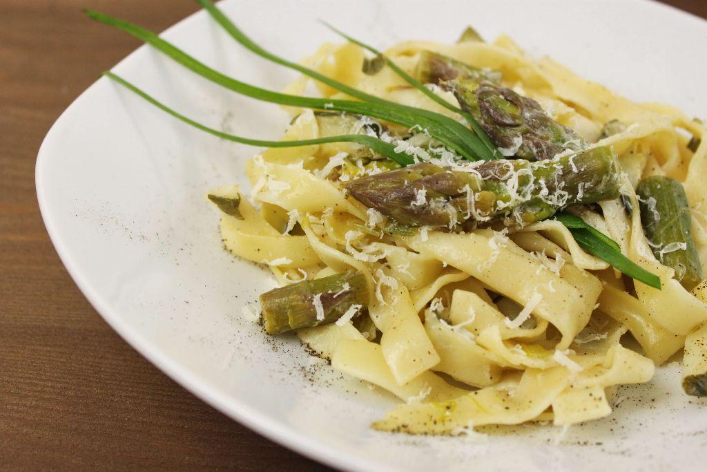 pasta rezepte, pasta rezept, nudelgericht, schnell, einfach, spargel gerichte, spargel rezepte, grüner spargel, mit nudeln, tagliatelle, kochen, vegetarisch, vegetarische rezepte