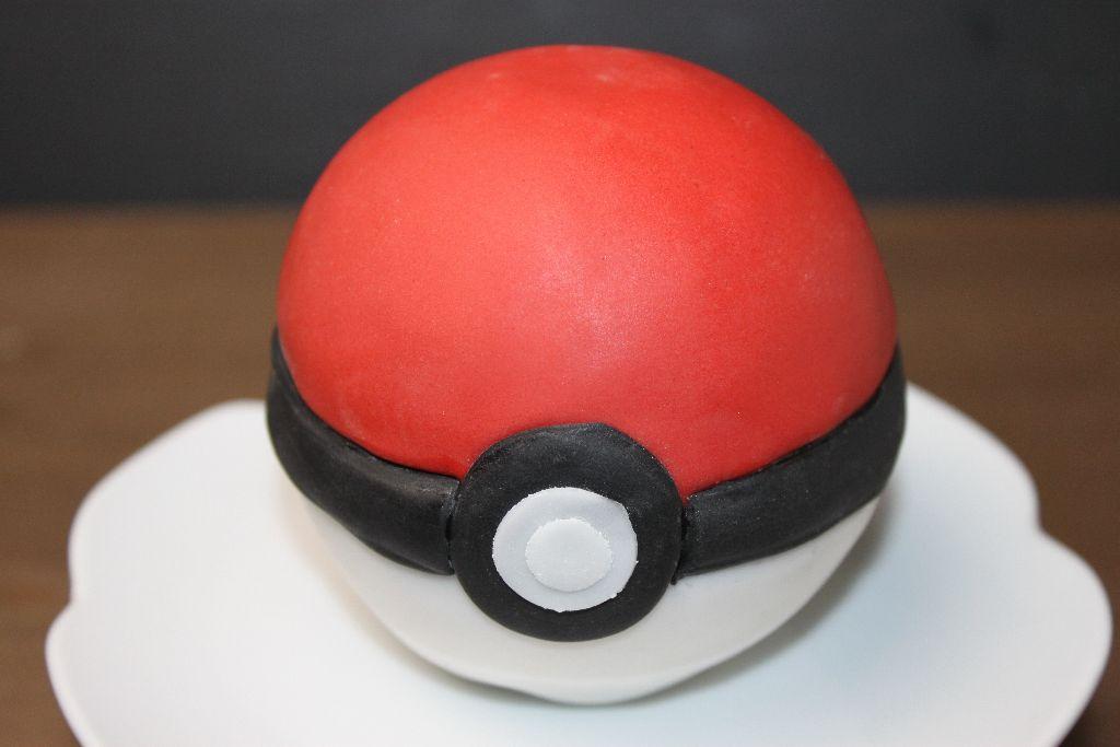 pokemon torte, pokeball torte, rezept, selber machen, fondant roten selber machen, 3d torten, motivtorten selber machen, mit bild, pokeball selber machen