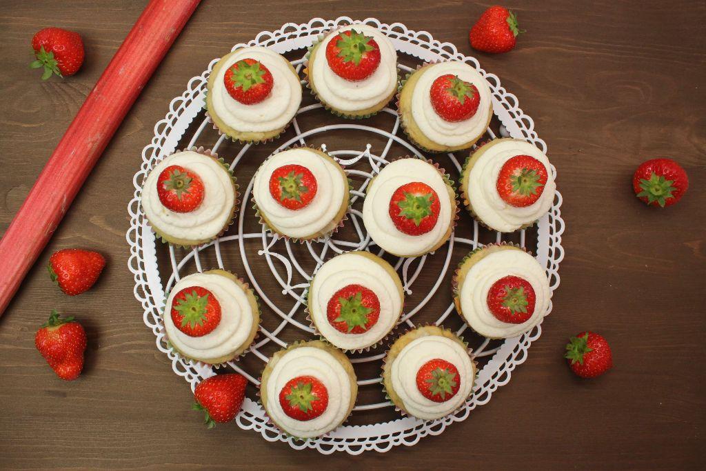 rhabarber cupcakes backen, rhabarber kuchen backen, rhabarber muffins backen, rhabarber rezept schnell, einfache cupcake rezepte