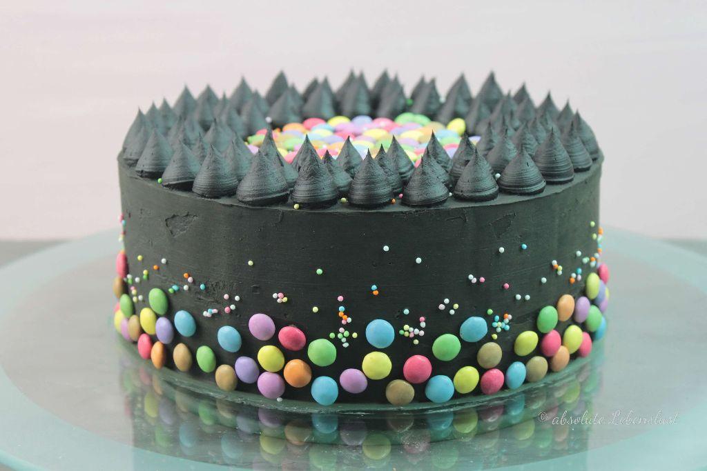 smarties torte backen, süßigkeiten torte, süßigkeitentorte, backen,s elber machen, rezept, konfetti torte, schwarze torte