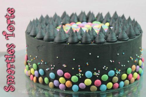 smarties torte, smarties kuchen, backen, selber machen, geburtstagstorte backen, geburtstagstorte, konfetti torte, funfetti cake, black, black cake, torten ohne fondant